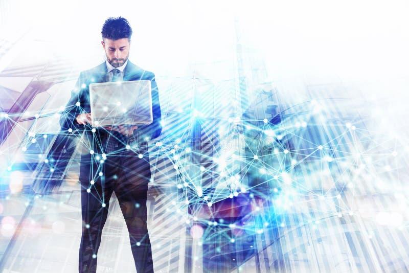 Бизнесмен работает с ноутбуком r двойная экспозиция с влияниями сети стоковое изображение