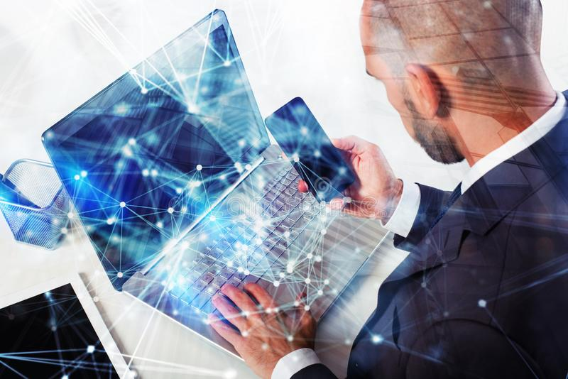 Бизнесмен работает с ноутбуком r двойная экспозиция с влияниями сети стоковые фотографии rf
