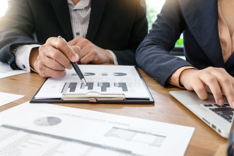 бизнесмен работая бизнес-план и анализ стоковые фото