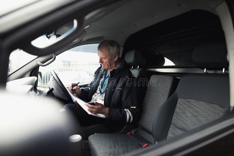 Бизнесмен работая в автомобиле стоковая фотография rf