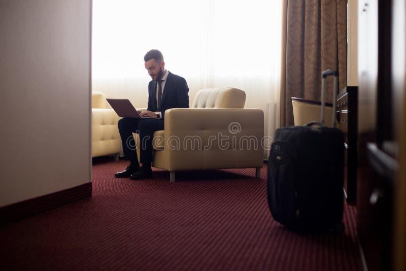 Бизнесмен работая в гостиничном номере стоковое изображение