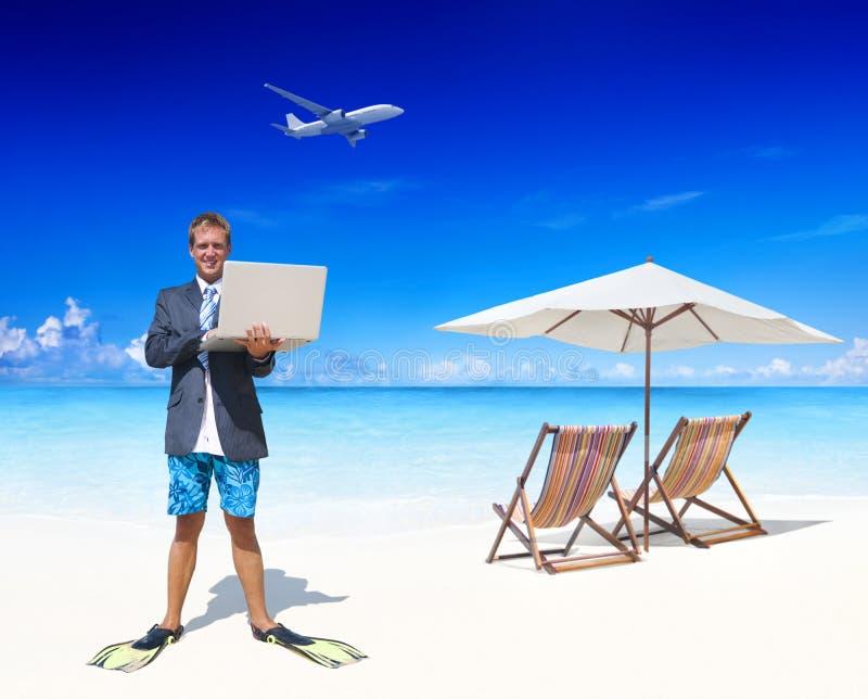 Бизнесмен работая в его каникулах стоковые фото