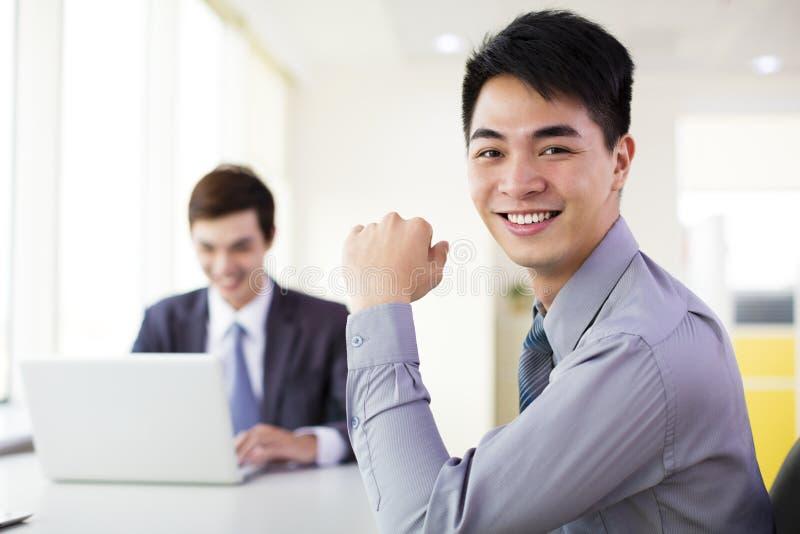 Бизнесмен работая в офисе стоковые изображения rf