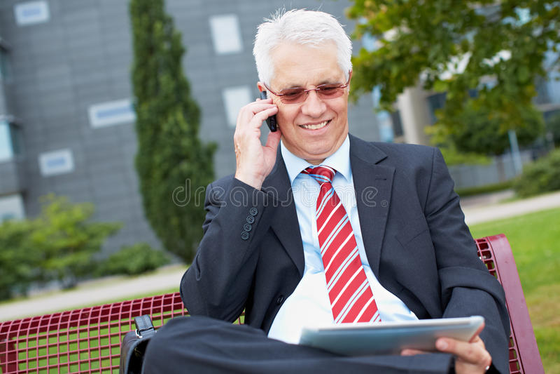 Бизнесмен работая в парке стоковая фотография rf