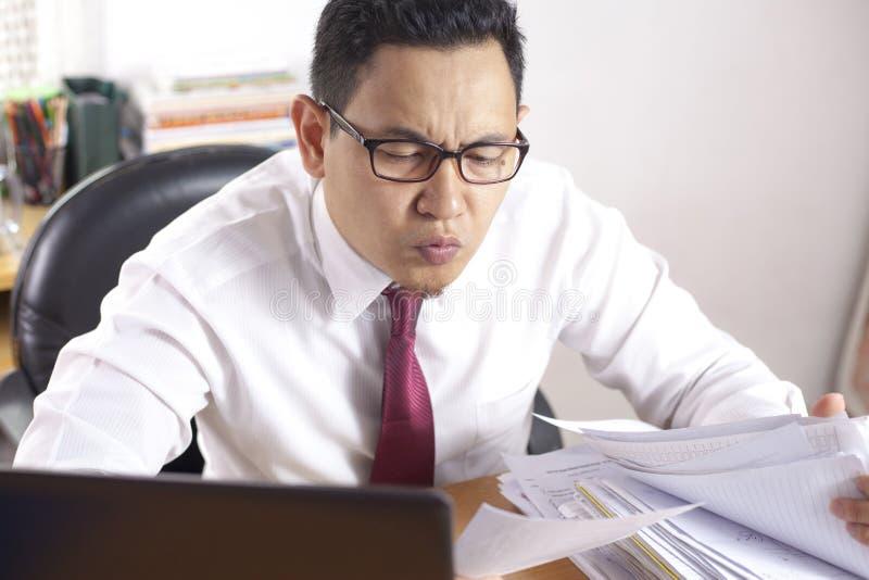 Бизнесмен работая крепко на офисе стоковые изображения