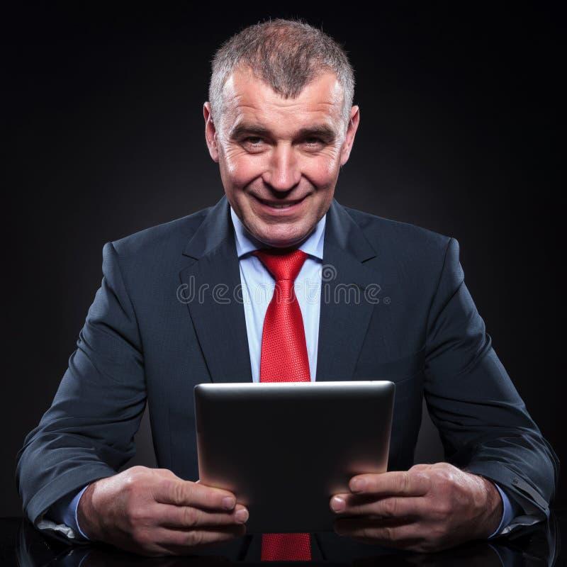 Бизнесмен работая на его компьютере пусковой площадки таблетки стоковая фотография rf