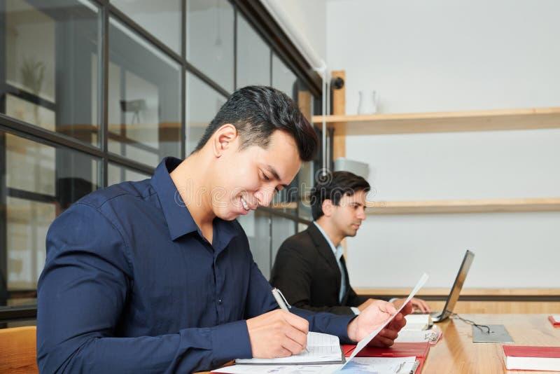 Бизнесмен работая на офисе стоковые изображения rf