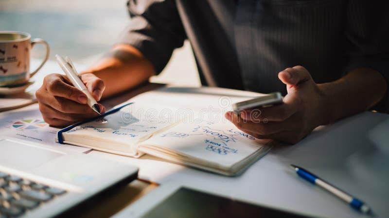 Бизнесмен работая на проекте для SWOT анализируя баланс отчете о компании финансовый с графиками документов на современных размер стоковые изображения