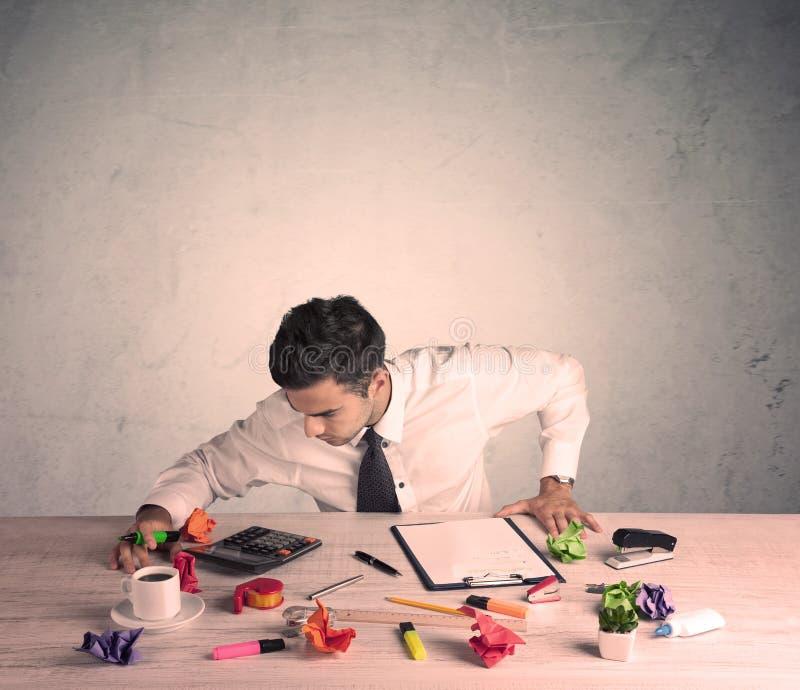 Бизнесмен работая на столе офиса стоковое изображение
