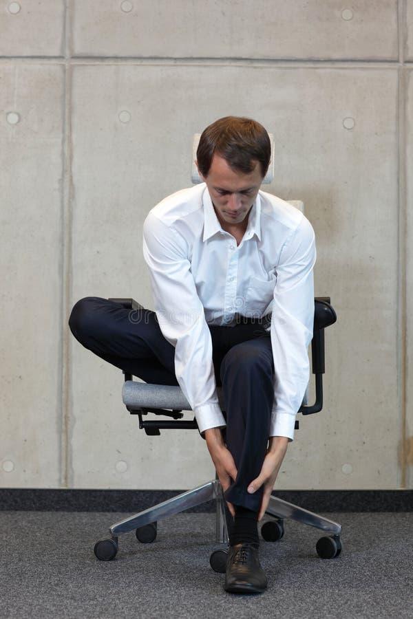 Бизнесмен работая на стуле стоковая фотография