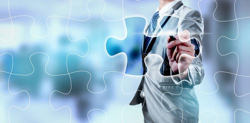 Бизнесмен работая на цифровом экране зигзага, стратегии бизнеса стоковая фотография rf