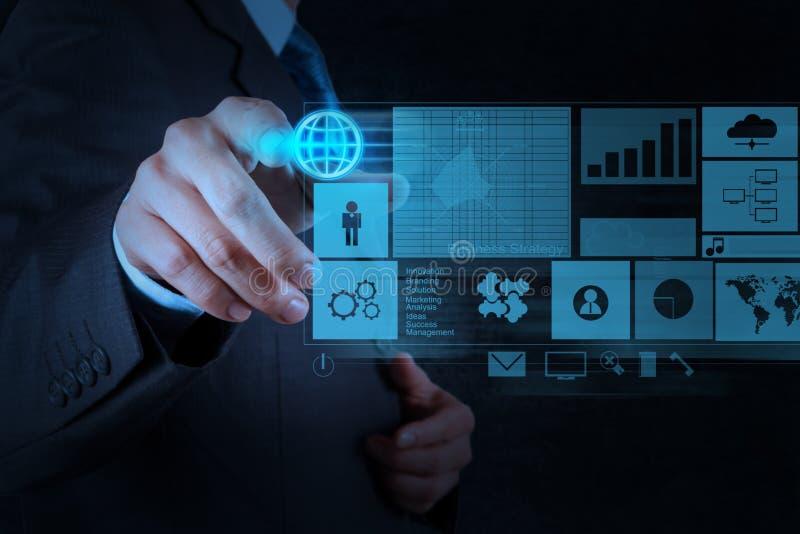 Бизнесмен работая при новый современный компьютер нажимая социальное netw стоковая фотография