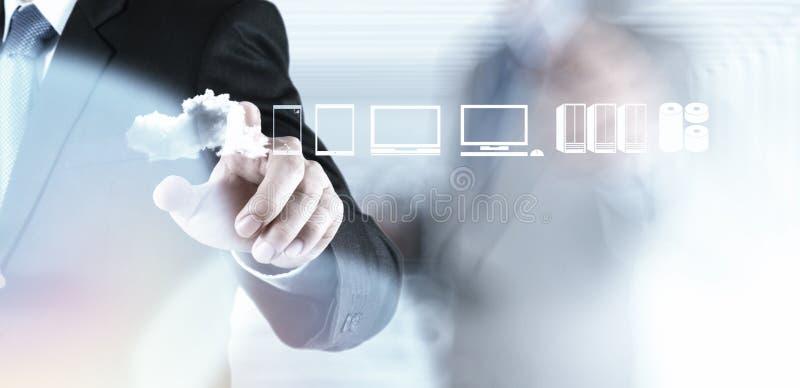 Бизнесмен работая с диаграммой облака вычисляя стоковое фото