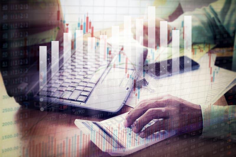 Бизнесмен работая с диаграммой фондовой биржи в офисе стоковые изображения