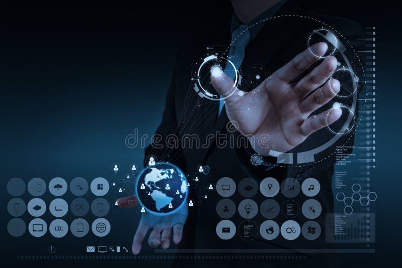 Бизнесмен работая с новой современной сетью social компьютерной выставки стоковая фотография