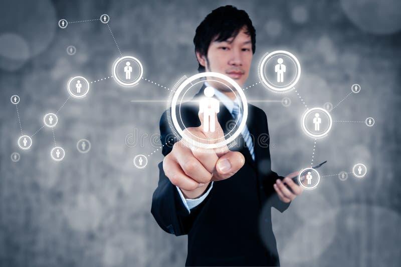 Бизнесмен работая с цифровым визуальным объектом, человеческими ресурсами стоковое фото