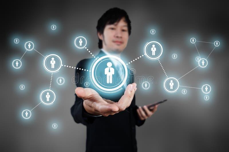 Бизнесмен работая с цифровым визуальным объектом, человеческими ресурсами c стоковая фотография