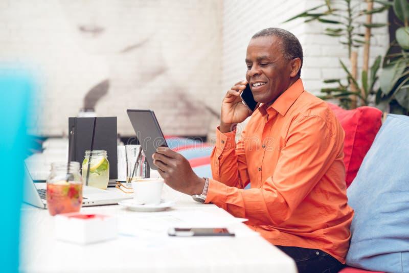 Бизнесмен рассматривая электронная таблетка стоковое фото