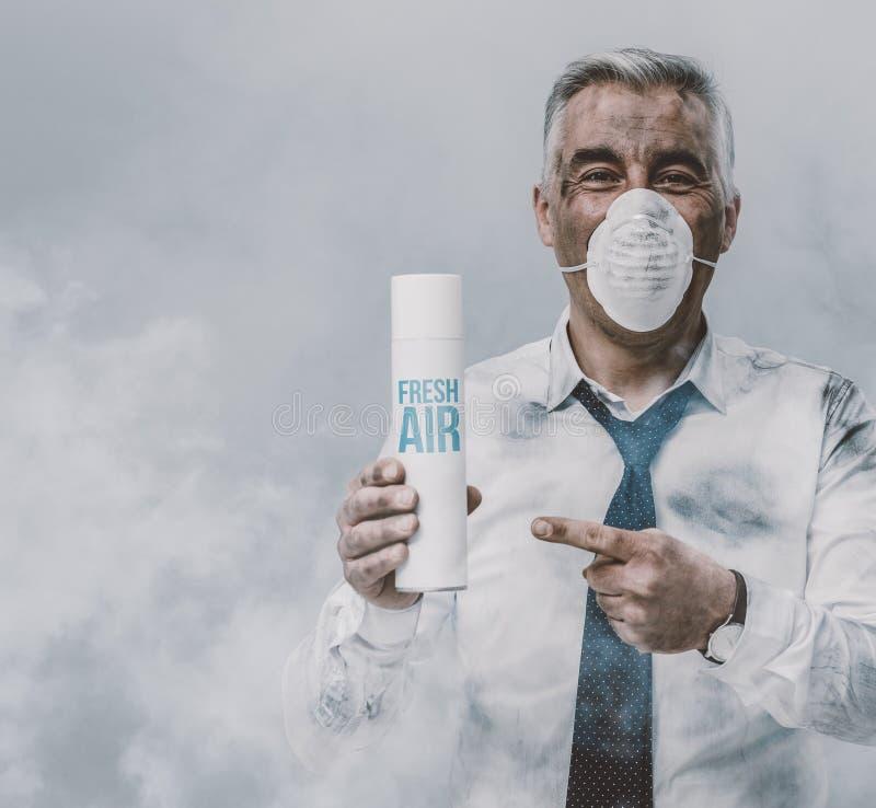 Бизнесмен рекламируя очиститель воздуха брызга стоковое изображение