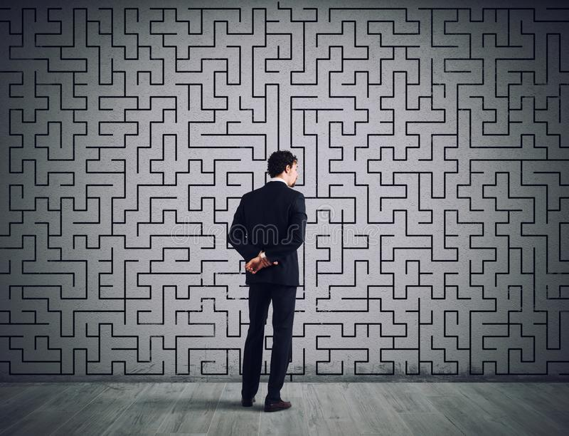Бизнесмен рисует решение лабиринта Концепция решения проблем стоковое фото