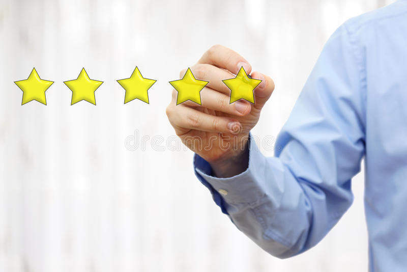 Бизнесмен рисуя оценку 5 звезд, концепцию качества и luxu стоковое фото rf
