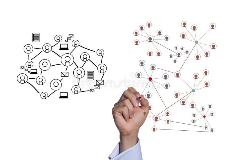 Бизнесмен рисуя социальную сеть стоковые фото