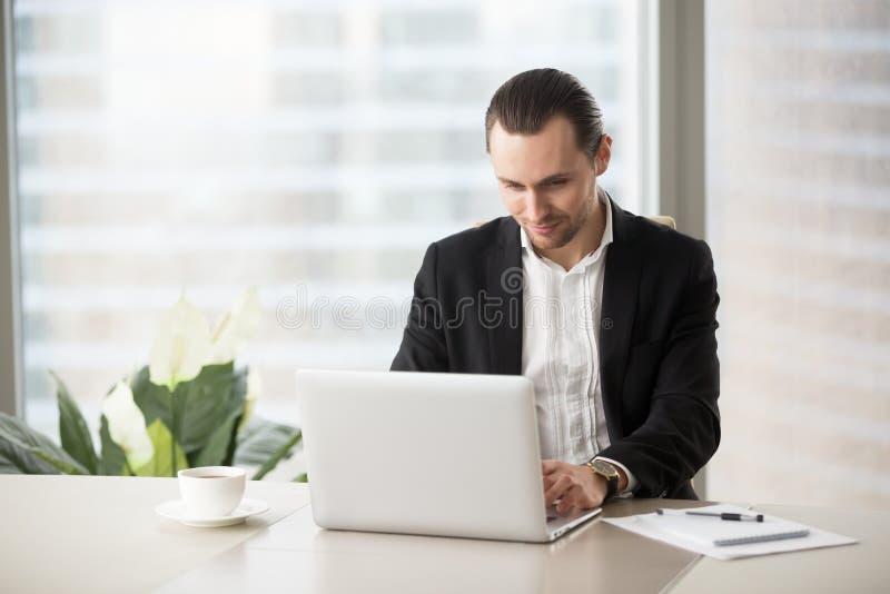 Бизнесмен связывает с коллегами онлайн стоковые изображения rf