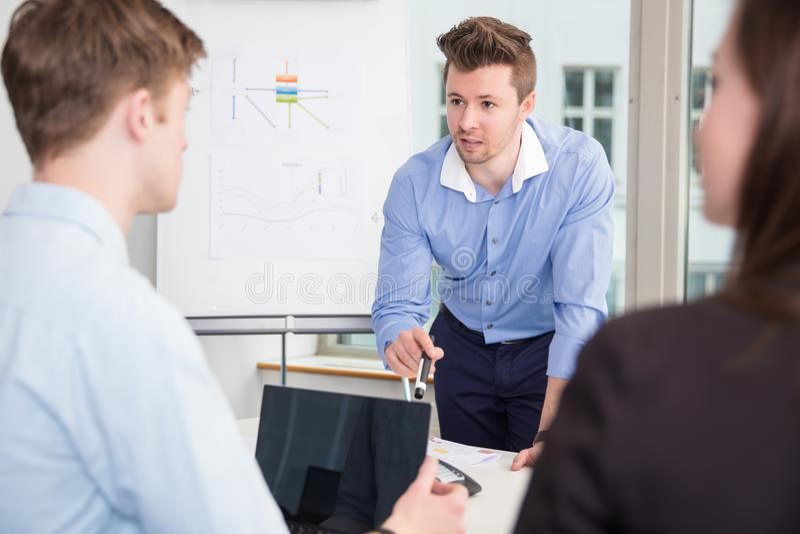 Бизнесмен связывая с коллегами в встрече на офисе стоковое изображение rf