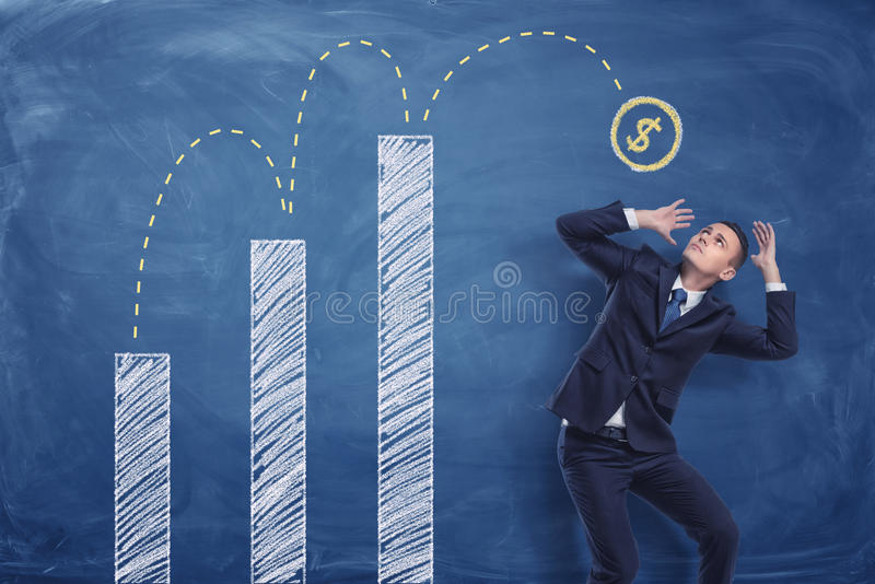 Бизнесмен сжимаясь на голубой предпосылке классн классного с чертежом мела монетки отскакивая вверх от белых диаграмм для того чт бесплатная иллюстрация