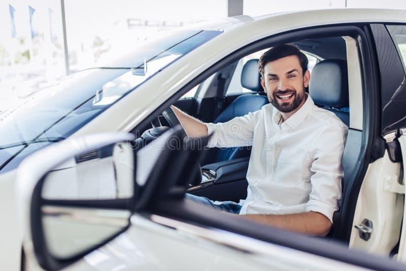 Бизнесмен сидя в автомобиле стоковое фото rf
