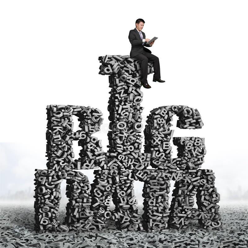 Бизнесмен сидя на БОЛЬШИХ словах ДАННЫХ характеров 3d стоковая фотография rf