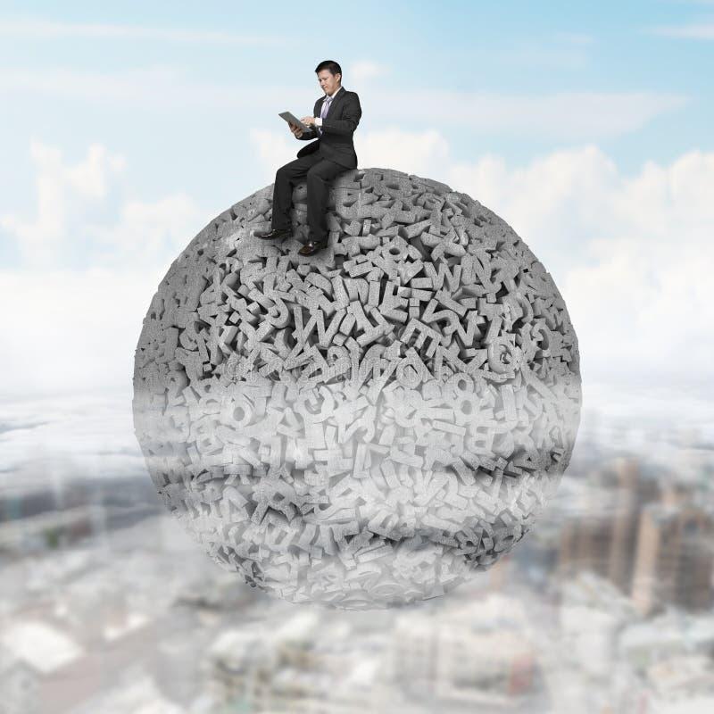 Бизнесмен сидя на конкретном шарике данных по характеров 3d больших стоковые изображения