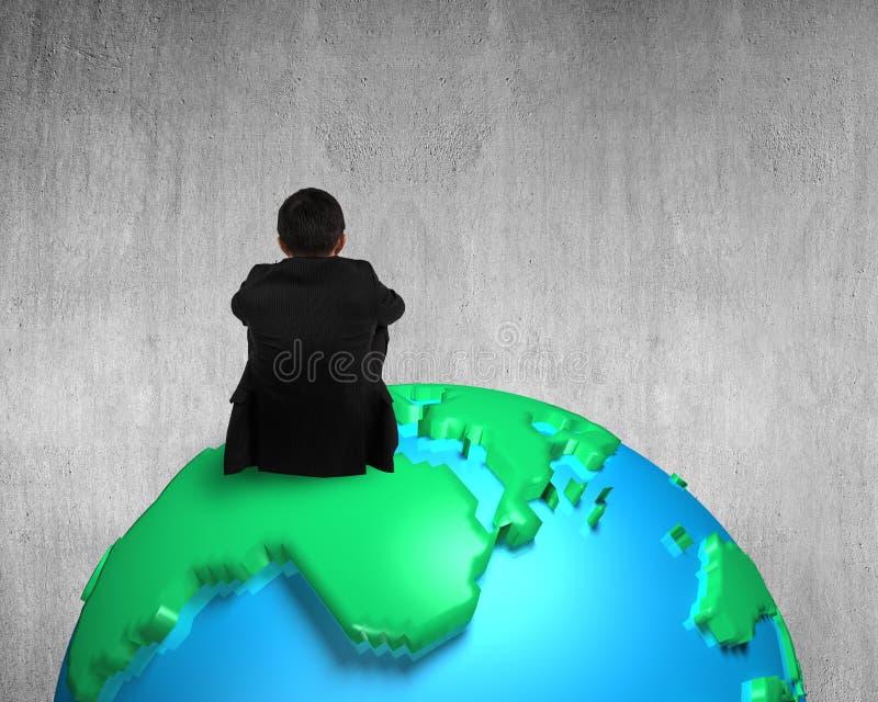 Бизнесмен сидя на глобусе карты 3d наблюдая пустую бетонную стену иллюстрация вектора