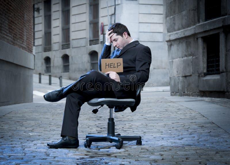 Бизнесмен сидя на стуле офиса на улице в стрессе стоковое изображение rf