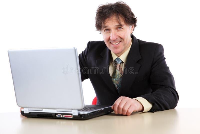 Бизнесмен сидя перед его компьютером и работой стоковая фотография rf