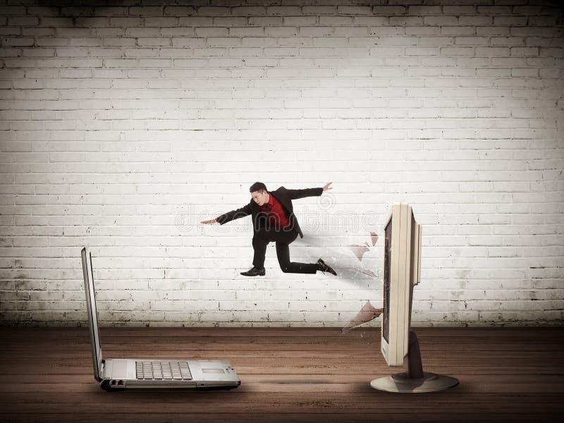 Бизнесмен скача от настольного компьютера к компьтер-книжке бесплатная иллюстрация