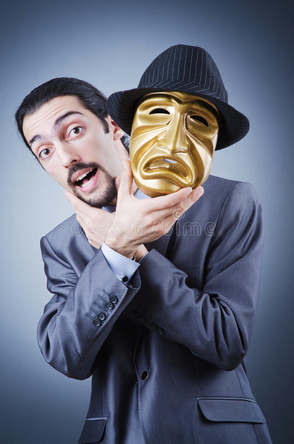 бизнесмен скрывая маску тождественности стоковая фотография