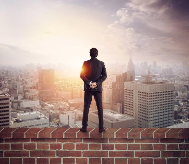 Бизнесмен смотрит будущее для новых возможностей стоковые изображения rf