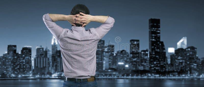 Бизнесмен смотрит в городе ночи стоковое фото rf