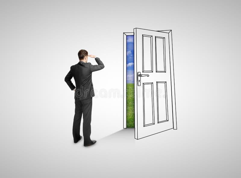 Бизнесмен смотря дверь чертежа стоковое фото rf