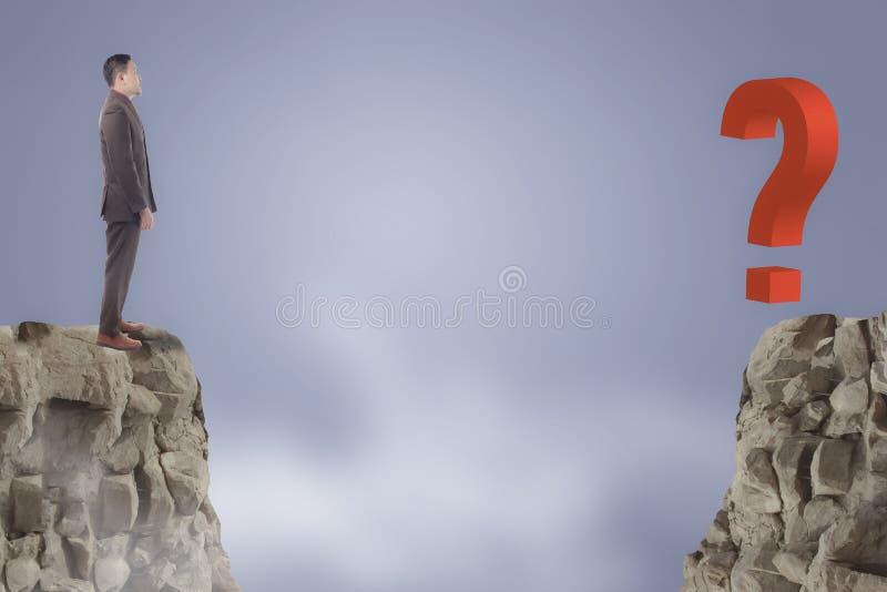 Бизнесмен смотря на вопросительный знак через зазор стоковая фотография rf