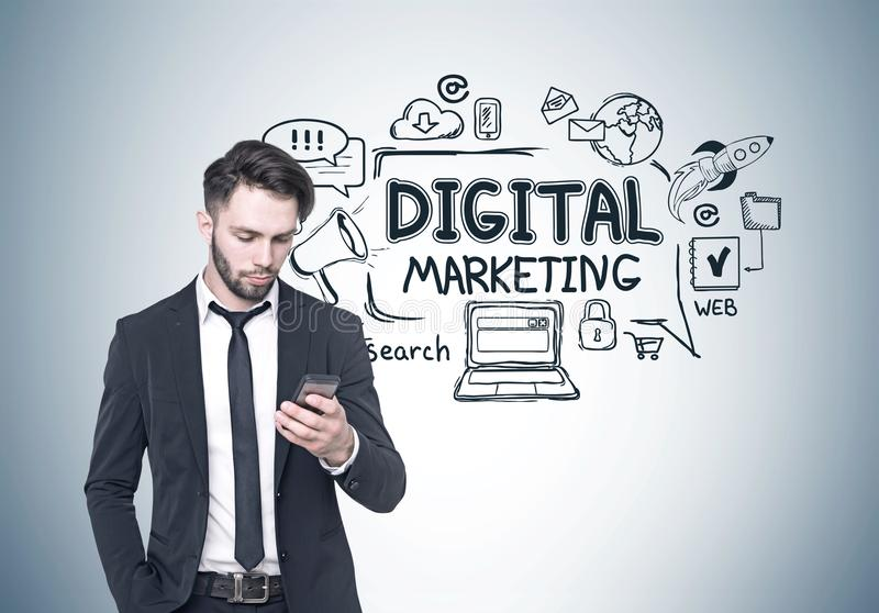 Бизнесмен смотря телефон, цифровой маркетинг стоковые изображения