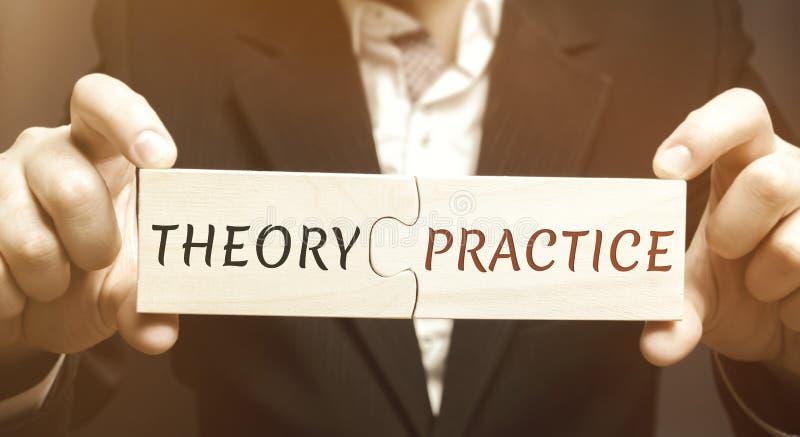 Бизнесмен собирает деревянные головоломки с теорией и практикой слова Получающ информацию и применение оно на практике стоковые изображения rf