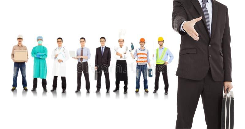 Бизнесмен сотрудничает с различными людьми индустрий стоковое изображение
