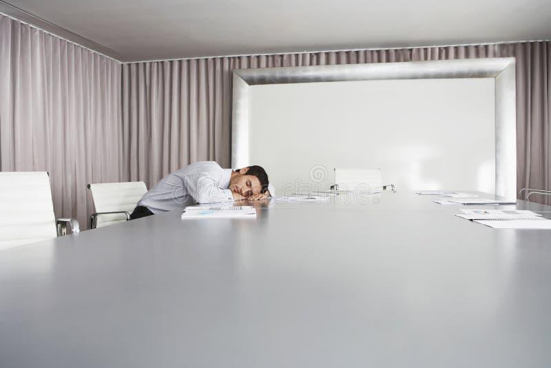Бизнесмен спать в конференц-зале стоковая фотография
