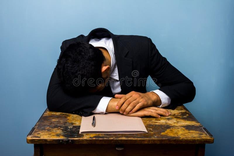 Бизнесмен спать после закрывать важное дело стоковое изображение rf
