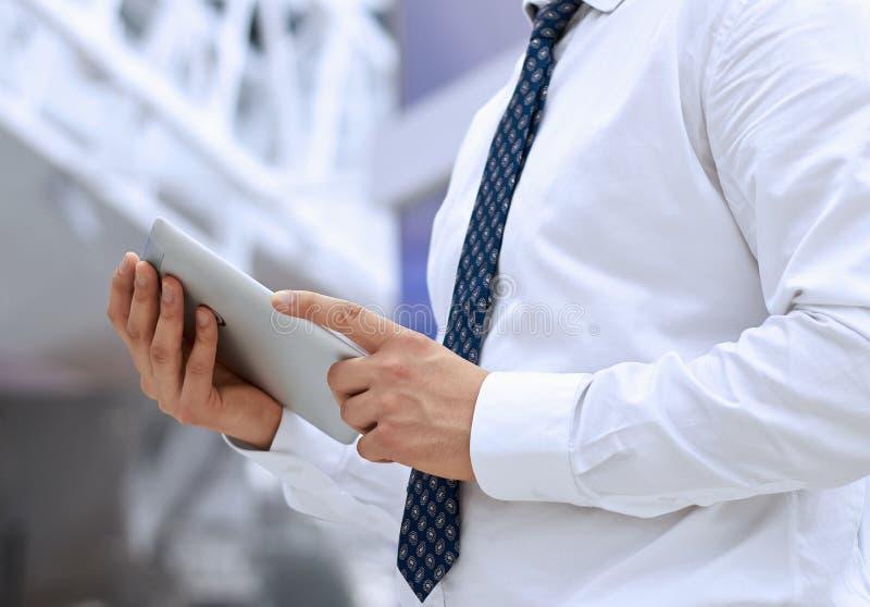 Download Бизнесмен стоя и держа цифровая таблетка Стоковое Фото - изображение насчитывающей монитор, bonnet: 40586460