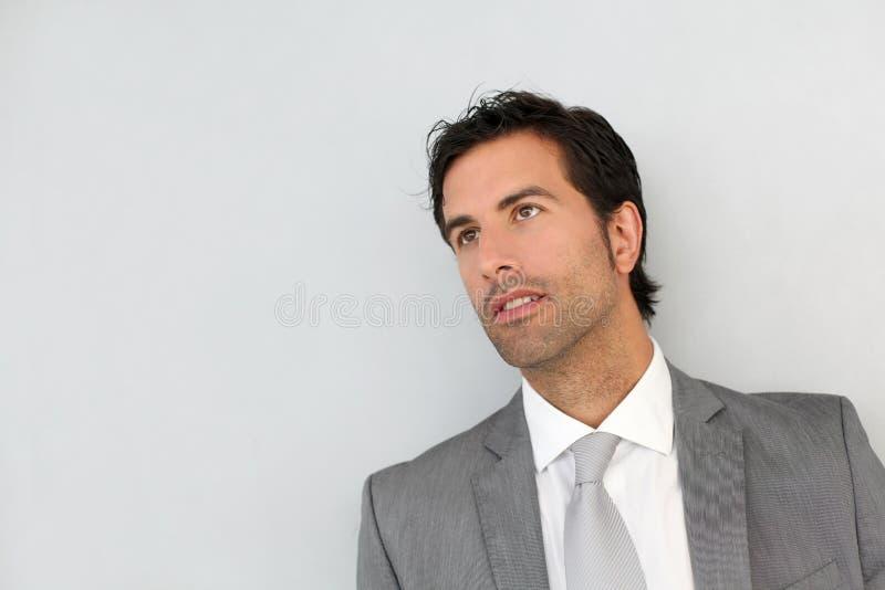 Бизнесмен стоя на белой предпосылке стоковая фотография rf