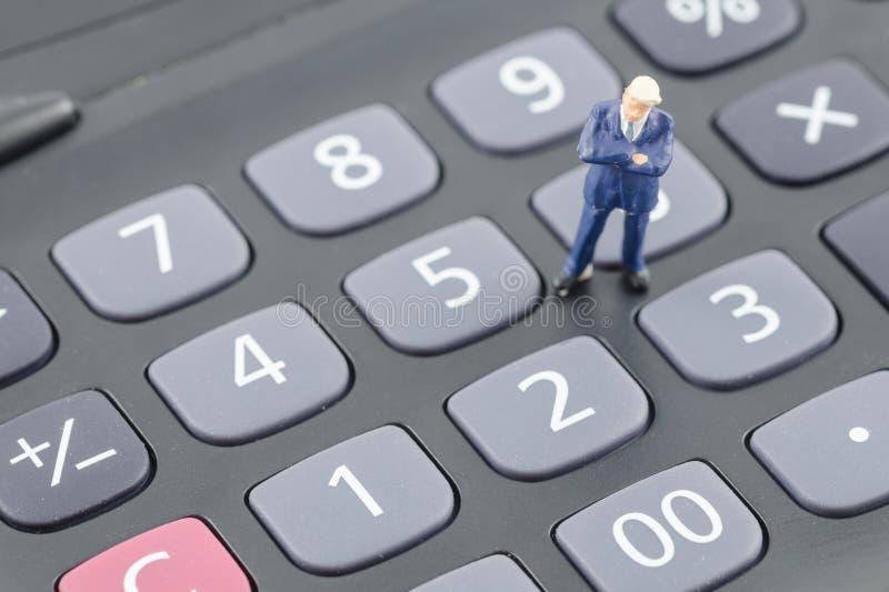 Download Бизнесмен стоя на калькуляторе Стоковое Изображение - изображение насчитывающей офис, деньги: 40576381