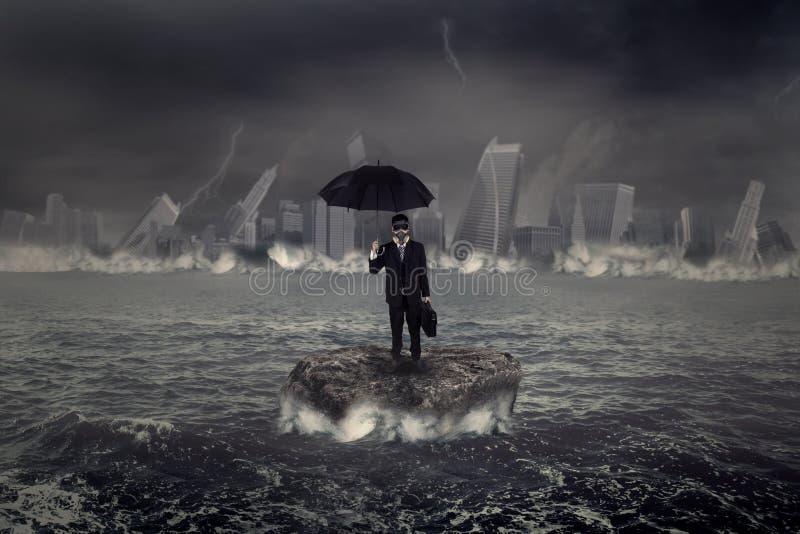 Бизнесмен стоя на море с штормом кризиса стоковые фотографии rf
